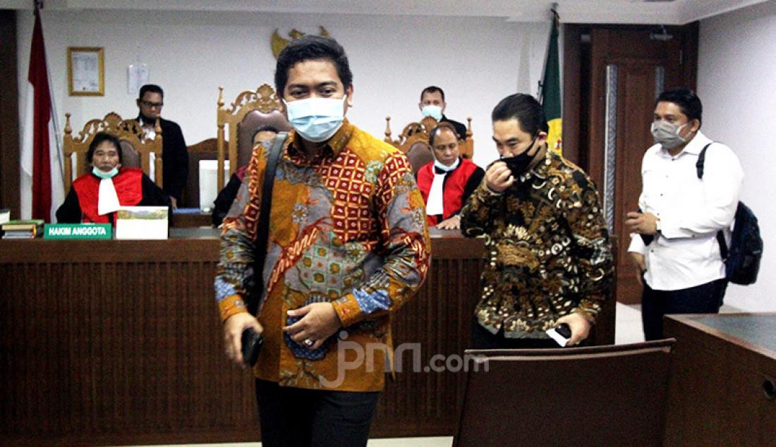 Direktur Utama PT Karya Citra Nusantara (KCN) Widodo Setiadi (batik hitam) hadir saat sidang Penundaan Kewajiban Pembayaran Utang (PKPU) di Pengadilan Negeri Jakarta Pusat, Senin (13/7). Hakim kembali penundaan sidang dikarenakan belum menerima salinan perdamaian yang diajukan debitur. Foto: Ricardo - JPNN.com