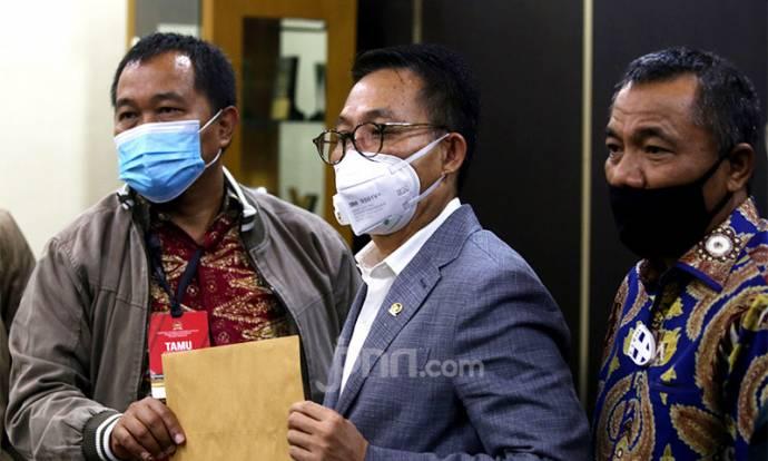 Maki Serahkan Foto Surat Jalan Joko Tjandra Kepada Komisi III DPR