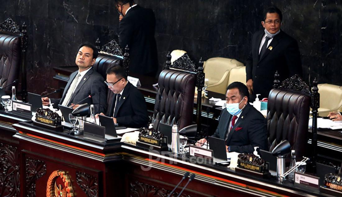 Wakil Ketua DPR Sufmi Dasco Ahmad didampingi Wakil Ketua DPR Aziz Syamsuddin dan Rahmad Gobel pada Sidang Rapat Paripurna DPR RI Ke-18 Masa Persidangan IV Tahun Sidang 2019 - 2020, Jakarta, Selasa (14/7). Foto: Ricardo - JPNN.com