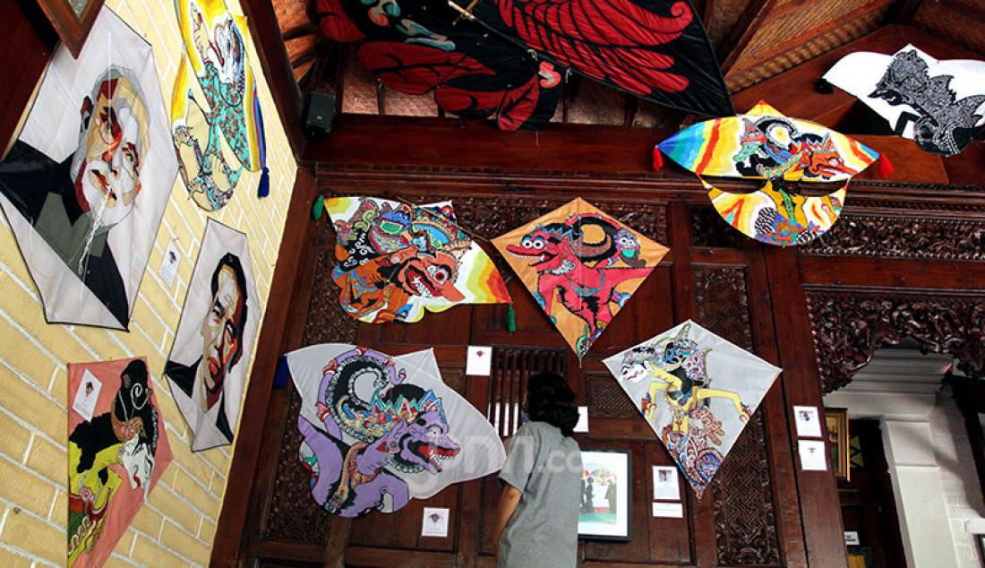 Pengunjung saat melihat-lihat karya seni di Museum Layang-Layang kawasan Fatmawati, Jakarta, Rabu (15/7). Museum dengan lebih dari 500 jenis layang-layang dari 32 provinsi di Indonesia ini kembali dibuka setelah tiga bulan tutup akibat Pembatasan Sosial Berskala Besar (PSBB). Foto: Ricardo - JPNN.com