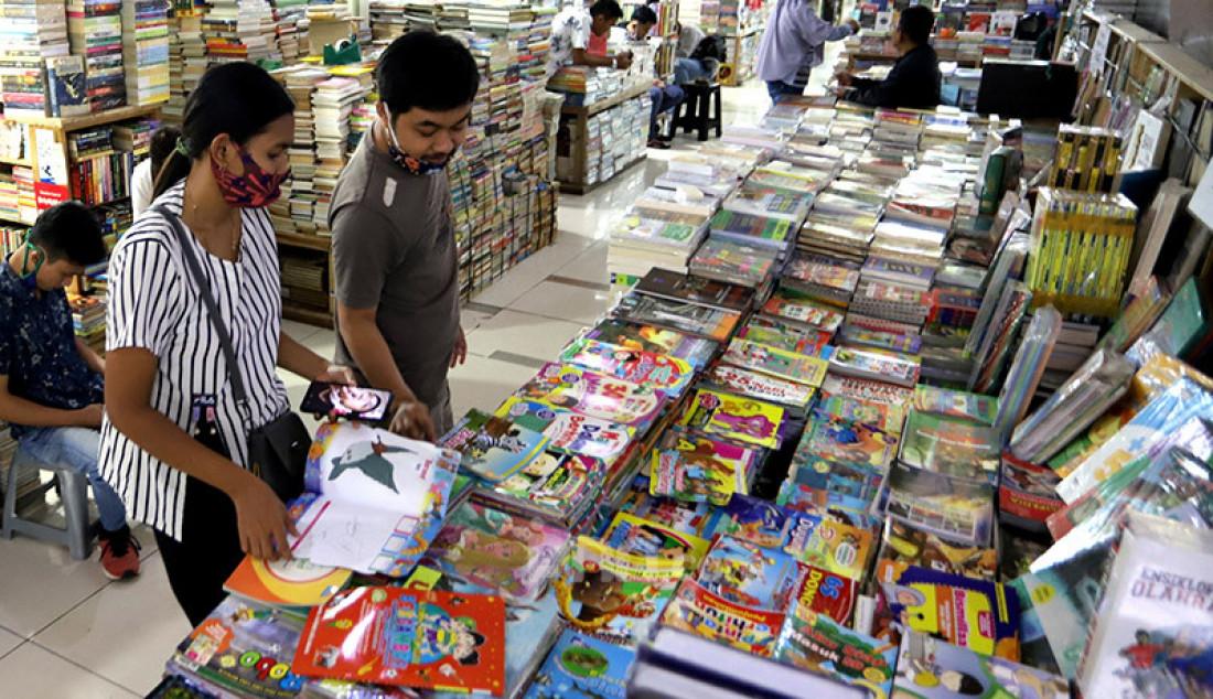 Pengunjung melihat-lihat koleksi buku di salah satu toko buku Blok M Square, Jakarta, Kamis (16/7). Pedagang mengaku penjualan buku Tahun ajaran baru 2020 di tengah pendemi COVID-19 telah membuat pendapatan mengalami penurunan hingga 50 persen. Foto: Ricardo - JPNN.com