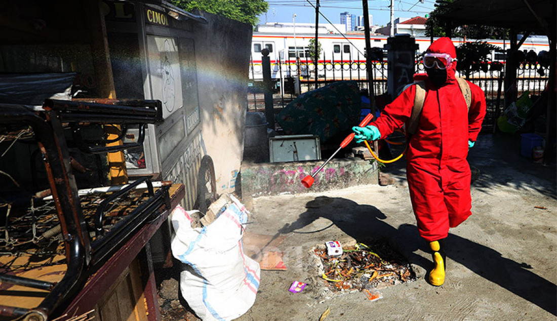 Petugas Pemadam Kebakaran melakukan penyemprotan cairan disinfektan di wilayah RT 07, Rw 04, Kelurahan Gunung Sahari Selatan, Jakarta, Jumat (17/7). Penyemprotan ini untuk mencegah penyebaran Covid-19 pasca bertambahnya 1 kasus positif Covid-19. Foto: Ricardo - JPNN.com