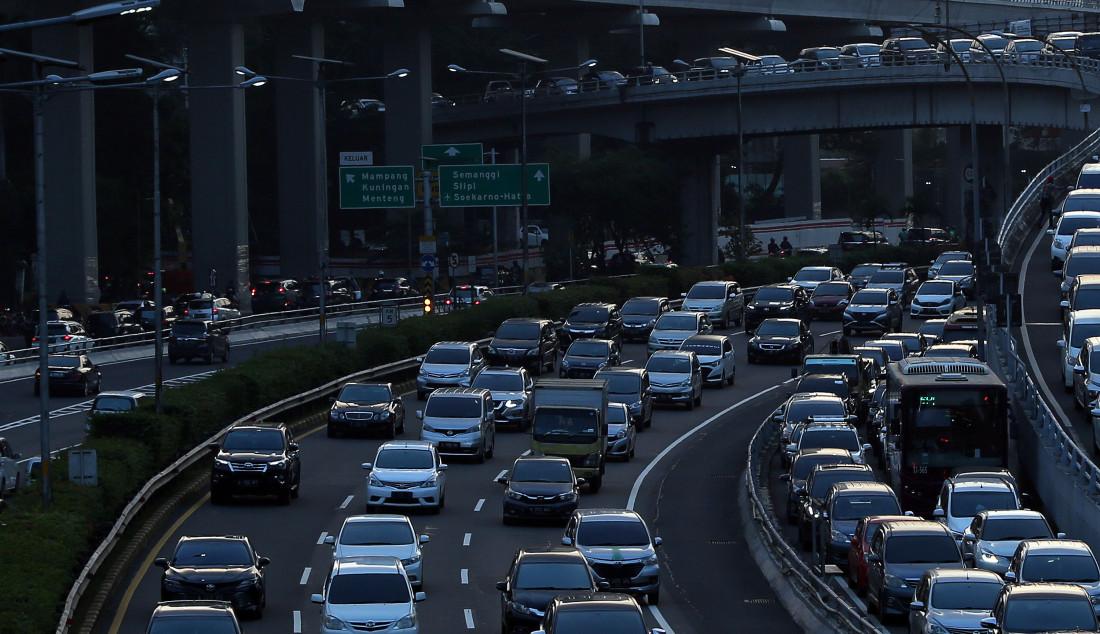 Suasana arus lalu lintas di Jalan Gatot Subroto, Jakarta, Jumat (17/7). Gubernur DKI Jakarta Anies Baswedan memperpanjang PSBB transisi fase I ke fase II selama 14 hari kedepan. PSBB transisi fase II akan berakhir pada 16 Juli. Foto: Ricardo - JPNN.com