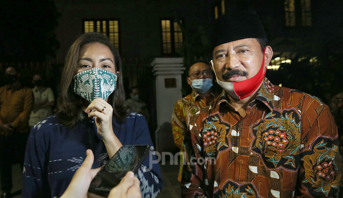 Muhammad dan Rahayu Saraswati Djojohadikusumo memberikan pernyataan usai pengumuman nama mereka sebagai pasangan calon Wali kota dan wakil Wali kota Tangerang Selatan, Jakarta, Senin (20/7). Foto: Ricardo - JPNN.com