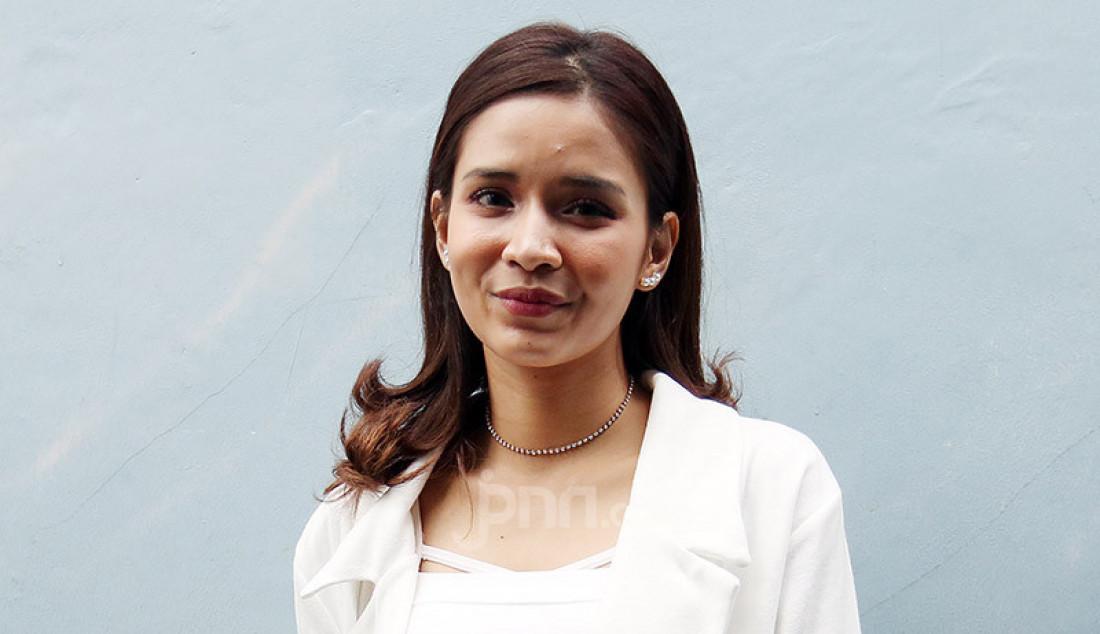 Aktris sinetron Gita Virga usai menghadiri sebuah acara di stasiun TV swasta, Jakarta, Senin (20/7). Gita Virga sering kali mendapatkan peran sebagai wanita tersakiti karena banyak orang-orang terdekatnya yang menyebut wajahnya cocok untuk menjadi wanita yang tersakiti. Foto: Ricardo - JPNN.com