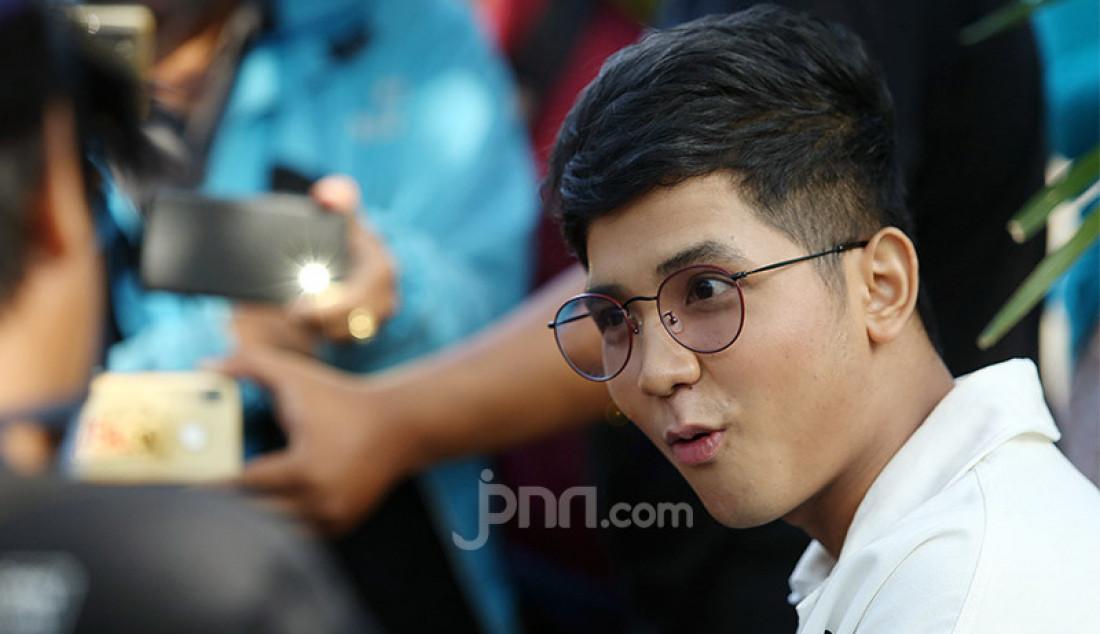Pedangdut asal Thailand Jirayut usai menghadiri sebuah acara di stasiun TV swasta, Jakarta, Senin (20/7). Jebolan ajang pencarian bakat D'Academy mempunyai mimpi untuk mengajak ibunya umrah dan membahagiakan orangtua. Foto: Ricardo - JPNN.com