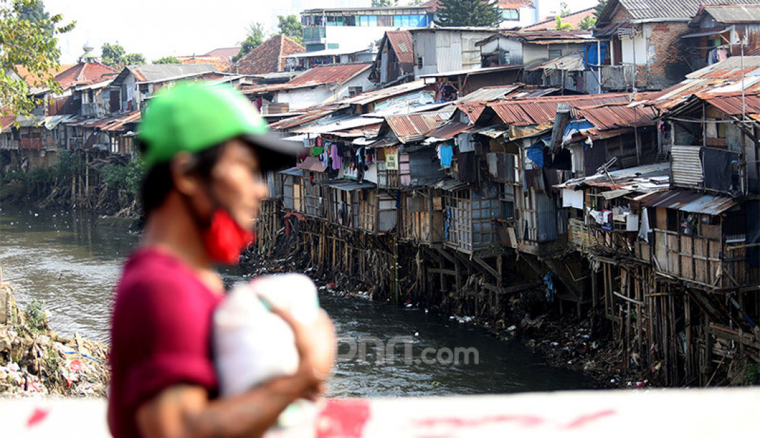 Aktivitas warga di bantaran sungai Ciliwung, Manggarai, Jakarta, Selasa (21/7). Badan Pusat Statistik (BPS) melaporkan terjadi peningkatan penduduk miskin dari 25,1 juta menjadi 26,4 juta pada periode Maret 2020. Secara persentase, jumlah penduduk miskin pada Maret 2020 tercatat sebesar 9,78 persen meningkat 0,56 poin persentase terhadap September 2019 dan meningkat 0,37 poin persentase terhadap Maret 2019. Foto: Ricardo - JPNN.com