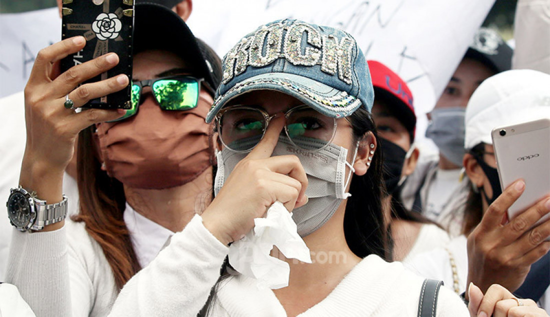 Ratusan massa pekerja hiburan malam melakukan aksi unjuk rasa di depan Balaikota, Jakarta, Selasa (21/7). Mereka menuntut Gubernur DKI Jakarta Anies Baswedan, untuk segera membuka tempat hiburan malam di Jakarta di era kenormalan baru. Pasalnya beberapa Mall dan Tempat Wisata Jakarta sudah buka. Foto: Ricardo - JPNN.com