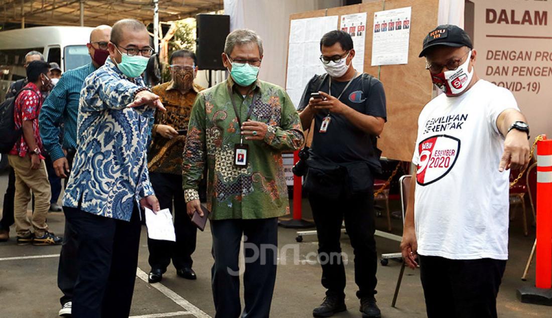 Ketua KPU Arief Budiman, Direktur Jenderal Pencegahan dan Pengendalian Penyakit (Dirjen P2P) Kementerian Kesehatan Achmad Yurianto dan Komisioner KPU RI Hasyim Asy'ari saat meninjau simulasi pemungutan suara pemilihan serentak 2020, Jakarta, Rabu (22/7). Simulasi tersebut digelar untuk memberikan edukasi kepada masyarakat terkait proses pemungutan dan penghitungan suara Pilkada serentak 2020 yang akan dilaksanakan pada 9 Desember 2020 dengan menerapkan protokol kesehatan COVID-19. Foto: Ricardo - JPNN.com