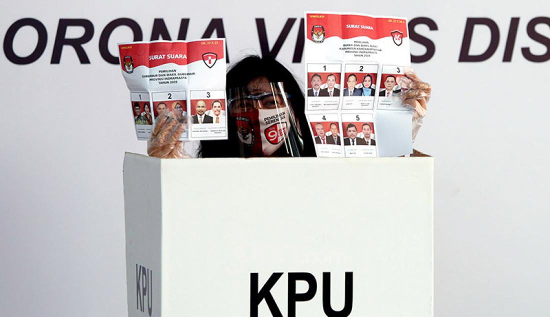 Suasana simulasi pemungutan suara pemilihan serentak 2020, Jakarta, Rabu (22/7). Simulasi tersebut digelar untuk memberikan edukasi kepada masyarakat terkait proses pemungutan dan penghitungan suara Pilkada serentak 2020 yang akan dilaksanakan pada 9 Desember 2020 dengan menerapkan protokol kesehatan COVID-19. Foto: Ricardo - JPNN.com