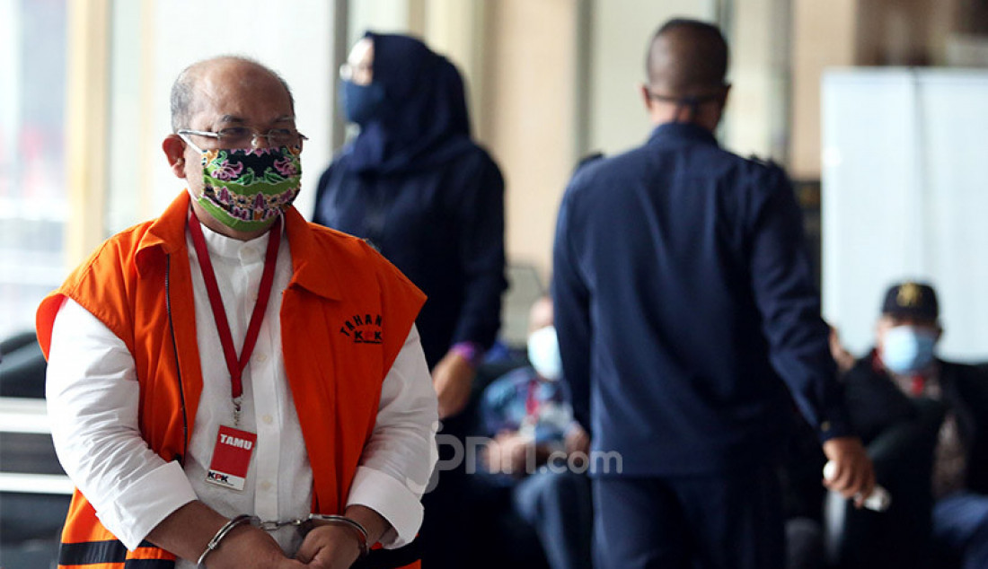 Bupati Kutai Timur nonaktif Ismunandar menjalani pemeriksaan di gedung KPK, Jakarta, Rabu (22/7). Ismunandar sebagai tersangka dalam kasus dugaan korupsi pengerjaan infrastruktur di lingkungan Pemkab Kutai Timur tahun 2019-2020. Foto: Ricardo - JPNN.com