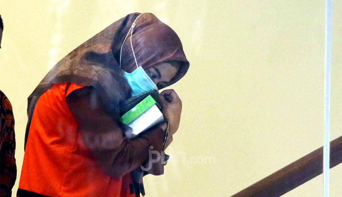 Tersangka penyuap Bupati Kutai Timur Aditya Maharani usai menjalani pemeriksaan di gedung KPK, Jakarta, Rabu (22/7). Aditya Maharani diperiska sebagai tersangka dalam kasus dugaan pemberian suap terkait proyek pengerjaan infrastruktur di lingkungan Pemkab Kutai Timur tahun 2019-2020. Foto: Ricardo - JPNN.com
