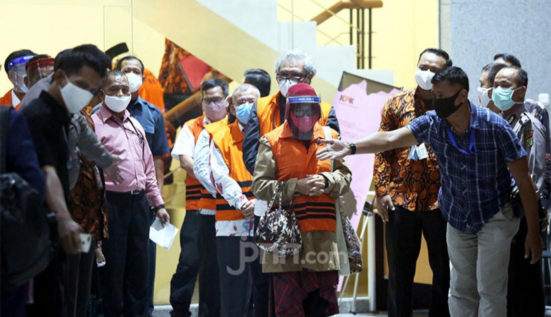 KPK merelease 11 tersangka dari anggota DPRD Sumatera Utara atas kasus dugaan suap periode 2009-2014 dan 2014-2019 dari Gubernur Sumatera Utara kala itu, Gatot Pujo Nugroho, Jakarta, Rabu (22/7). Foto: Ricardo - JPNN.com
