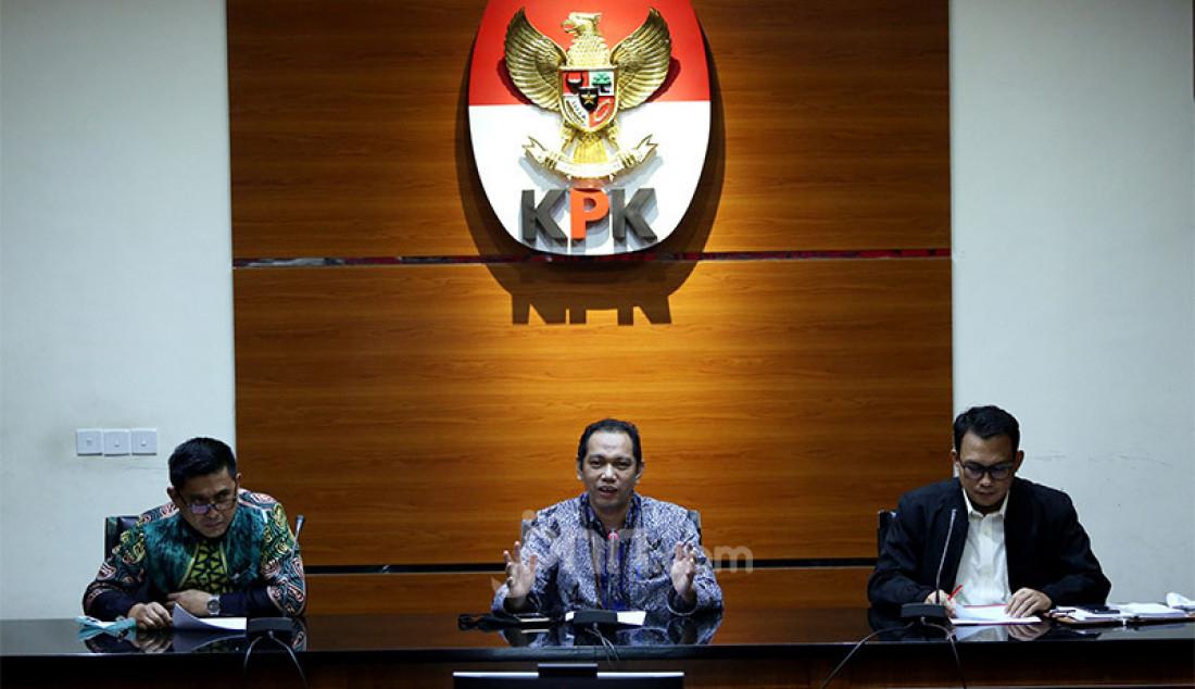 Wakil Ketua KPK Nurul Ghufron bersama Jubir KPK Ali Fikri memberikan keterangan pers penahanan tersangka baru di Gedung KPK, Jakarta, Rabu (22/7). Sebanyak 11 anggota DPRD Sumatera Utara resmi ditahan sebagai tersangka terkait kasus dugaan suap kepada DPRD Sumatera Utara periode 2009-2014 dan 2014-2019 dari Gubernur Sumatera Utara kala itu, Gatot Pujo Nugroho. Foto: Ricardo - JPNN.com