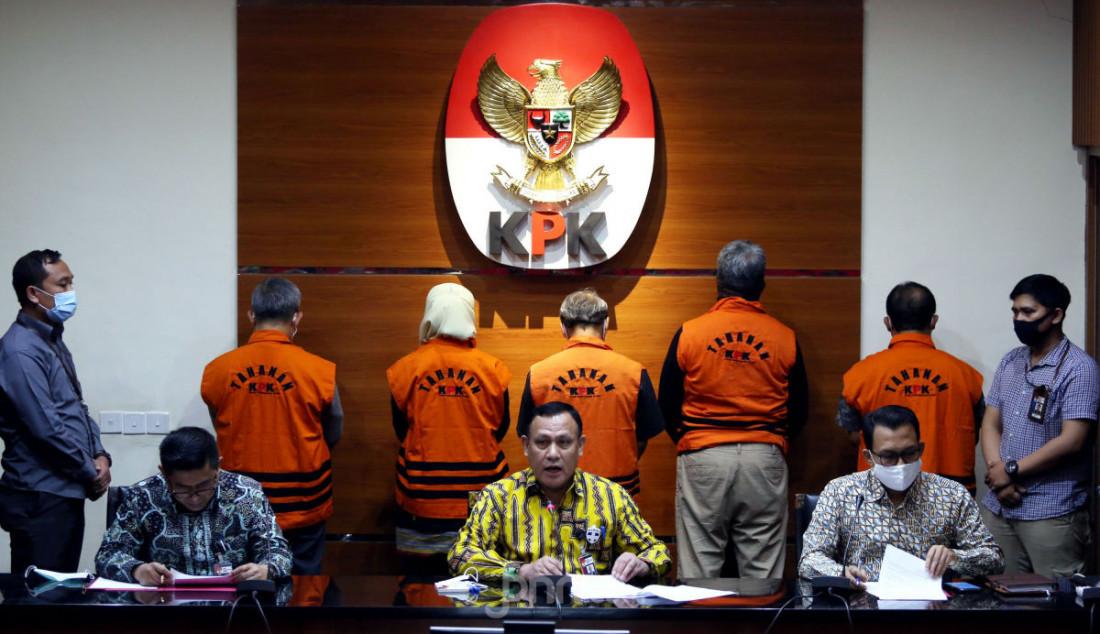 Ketua KPK Firli Bahuri saat mengumumkan penahanan 5 tersangka kasus dugaan suap terkait proyek fiktif di PT Waskita Karya (Persero) Tbk tahun 2009-2015, Jakarta, Kamis (23/7). KPK menahan FR, YAS, DSA, JS dan FU. Foto: Ricardo - JPNN.com