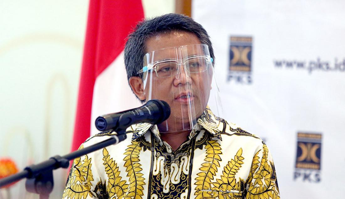 Presiden PKS Sohibul Iman memberikan keterangan pers usai melakukan pertemuan di Kantor DPP PKS, Jakarta, Jumat (24/7). Pertemuan tersebut membahas isu-isu kebangsaan hingga Pilkada 2020. Foto: Ricardo - JPNN.com
