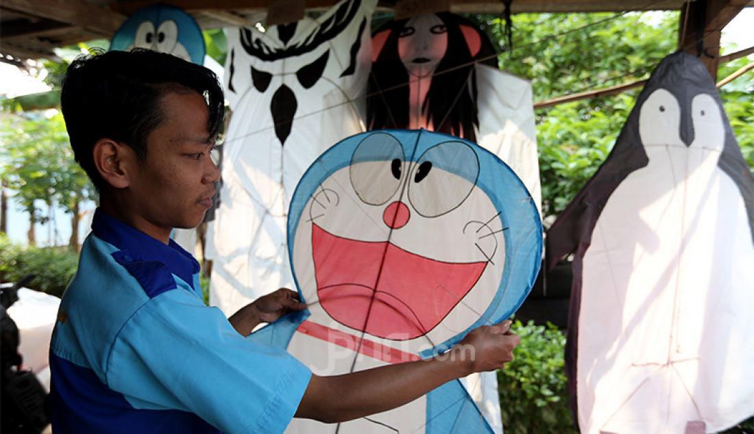 Pengrajin saat membuat layang-layang di kawasan Bedahan, Sawangan, Depok, Jawa Barat, Sabtu (25/7). Mereka membuat berbagai macam karakter layang-layang dengan kisaran harga Rp 50.000 hingga Rp 120.000, tergantung ukuran dan tingkat kesulitan pekerjaan. Foto: Ricardo - JPNN.com