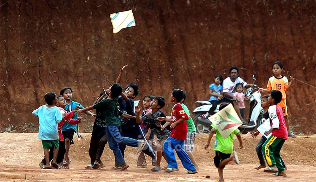 Anak-anak berebut layang-layang di tanah lapang kawasan Sawangan, Depok, Jawa Barat, Sabtu (25/7). Bermain layang-layang menjadi alternatif hiburan tersendiri bagi anak-anak ditengah masa pandemi Covid-19 yang belum juga berakhir. Foto: Ricardo - JPNN.com