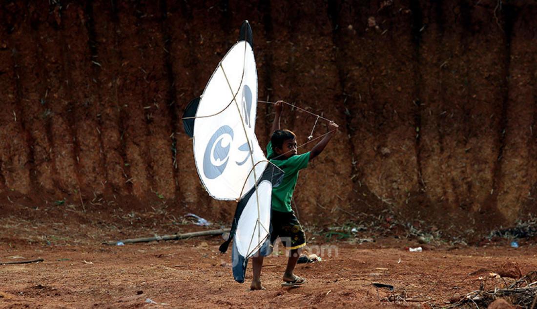 Anak-anak bermain layang-layang di tanah lapang kawasan Sawangan, Depok, Jawa Barat, Sabtu (25/7). Bermain layang-layang menjadi alternatif hiburan tersendiri bagi anak-anak ditengah masa pandemi Covid-19 yang belum juga berakhir. Foto: Ricardo - JPNN.com