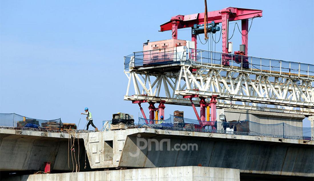 Sejumlah pekerja saat menyelesaikan proyek double double track (DDT) Manggarai-Jatinegara, Jakarta, Senin (27/7). Proyek double-double track (DDT) atau jalur rel dwiganda ditargetkan rampung tahun 2021. Proyek DDT itu meliputi segmen Cakung-Bekasi sepanjang 12 km dan Manggarai-Jatinegara sepanjang 3 km. Foto: Ricardo - JPNN.com