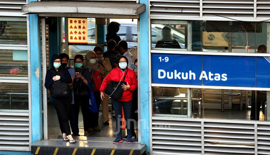 Pekerja mengantre di halte Transjakarta Dukuh Atas, Jakarta, Senin (27/7). Pada rilis terbaru pemerintah, angka positif corona di Indonesia bertambah 1.525 orang. Dengan tambahan ini maka jumlah kasus Covid-19 telah mencapai 100.303 orang. Foto: Ricardo - JPNN.com
