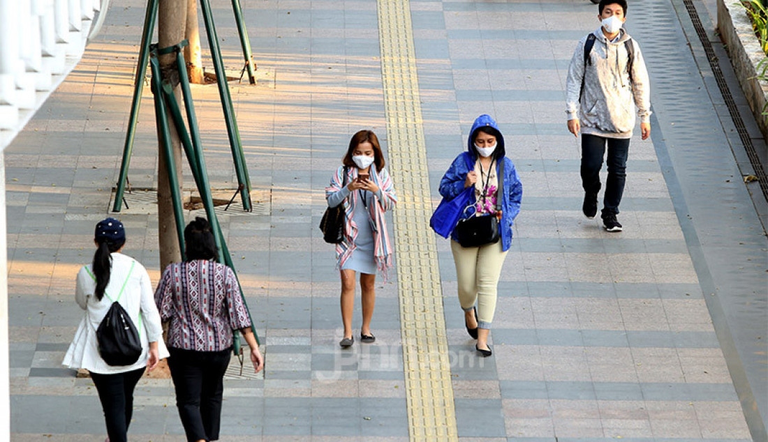 Sejumlah pekerja berjalan di kawasan Sudirman, Jakarta, Senin (27/7). Pada rilis terbaru pemerintah, angka positif corona di Indonesia bertambah 1.525 orang. Dengan tambahan ini maka jumlah kasus Covid-19 telah mencapai 100.303 orang. Foto: Ricardo - JPNN.com