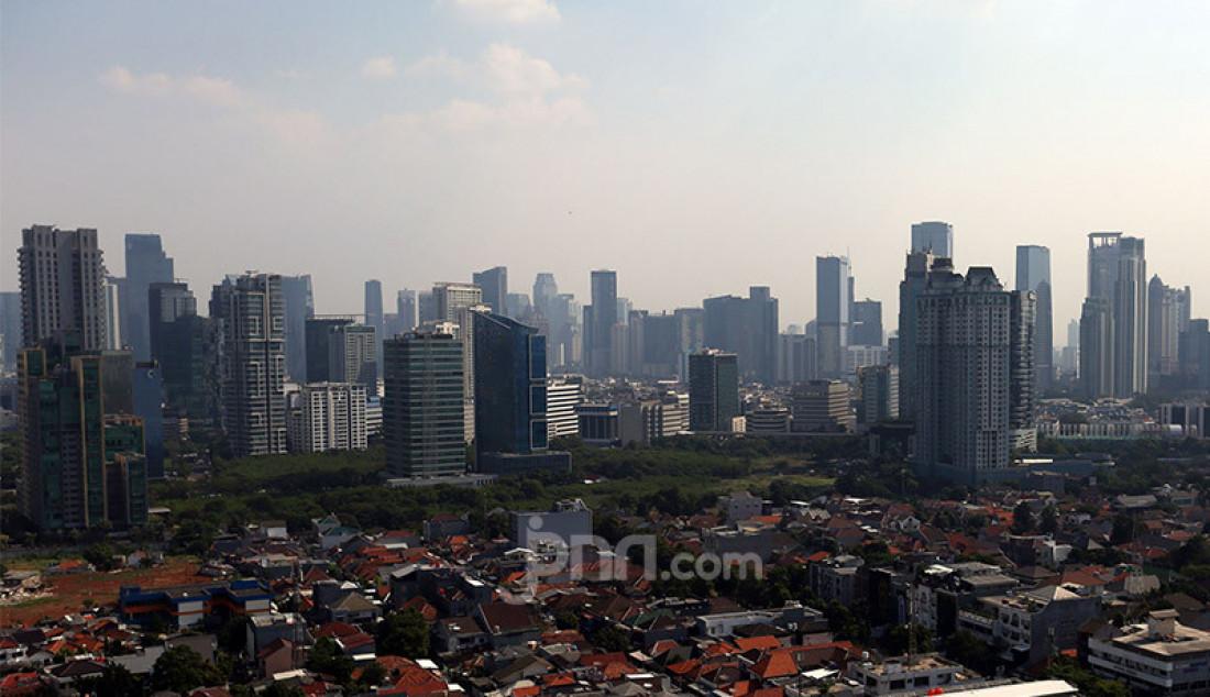 Gedung-gedung perkantoran di kawasan Jakarta, Senin (27/7). Pandemi Covid-19 membuat bisnis sewa perkantoran ikut tertekan, karena hingga akhir tahun tingkat keterisian ruang diperkirakan hanya 74 persen saja. Foto: Ricardo - JPNN.com