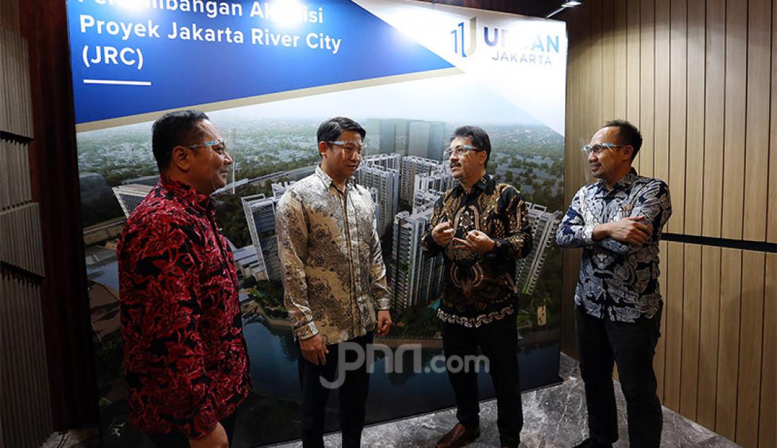 Kanan: Direktur Jakarta River City Fajar Ariswandi, Direktur Utama PT. Urban Jakarta Propertindo Tbk. (URBN) Bambang Sumargono dan Pemegang saham utama Robert Soeharsono di sela-sela konferensi pers di Jakarta, Selasa (28/7). Akuisisi proyek Jakarta River City (JRC), PT Urban Jakarta Propertindo Tbk. optimis bisnis tumbuh di tengah pandemi. Foto: Ricardo - JPNN.com