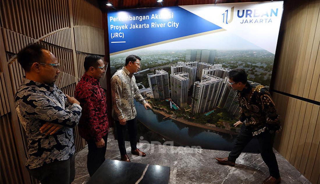 Kanan: Direktur Utama PT. Urban Jakarta Propertindo Tbk. (URBN) Bambang Sumargono dan Pemegang saham utama Robert Soeharsono di sela-sela konferensi pers di Jakarta, Selasa (28/7). Akuisisi proyek Jakarta River City (JRC), PT Urban Jakarta Propertindo Tbk. optimis bisnis tumbuh di tengah pandemi. Foto: Ricardo - JPNN.com