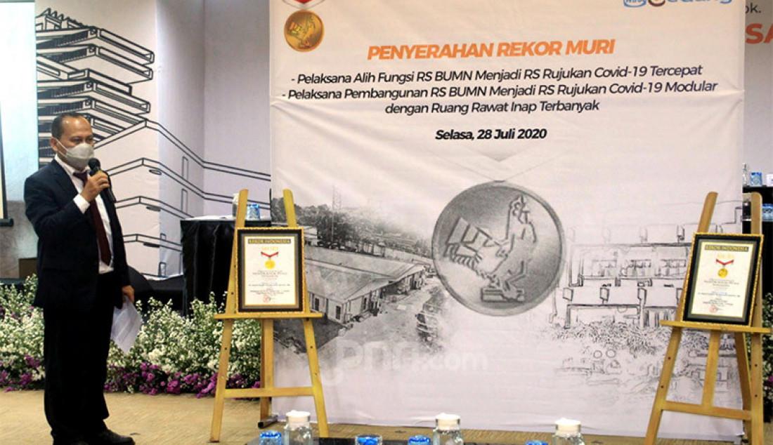 Senior Manager MURI Awan Rahargo memberikan pernyataan di Jakarta, Selasa (28/7). WEGE memperoleh penghargaan dari Museum Rekor Dunia Indonesia (MURI) sebagai Pelaksana/kontraktor dua proyek Rumah Sakit Rujukan Covid 19 milik Pertamina. Rekor pertama sebagai Pelaksana Alih Fungsi RS BUMN menjadi RS Rujukan Covid-19 Tercepat (RS Pertamina Jaya Jakarta) dan yang kedua, Pelaksana Pembangunan RS BUMN Rujukan Covid - 19 Modular dengan Ruang Rawat Inap Terbanyak (RSPP Extension COVID-19 Simprug Jakarta). Foto: Ricardo - JPNN.com