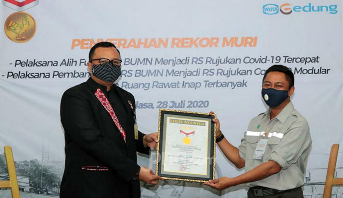 Senior Manager MURI Awan Rahargo (kiri) memberikan penghargaan kepada kepada Manajer Divisi Konstruksi 1 Kurniawan Prabawayudha di Jakarta, Selasa (28/7). WEGE memperoleh penghargaan dari Museum Rekor Dunia Indonesia (MURI) sebagai Pelaksana/kontraktor dua proyek Rumah Sakit Rujukan Covid 19 milik Pertamina. Rekor pertama sebagai Pelaksana Alih Fungsi RS BUMN menjadi RS Rujukan Covid-19 Tercepat (RS Pertamina Jaya Jakarta) dan yang kedua, Pelaksana Pembangunan RS BUMN Rujukan Covid - 19 Modular Foto: Ricardo - JPNN.com