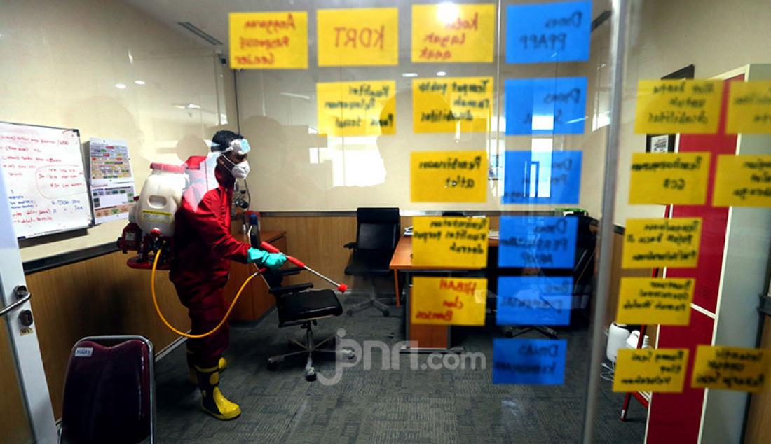 Petugas Damkar saat melakukan penyemprotan disinfektan di gedung DPRD DKI Jakarta, Rabu (29/7). Penyemprotan ini untuk mencegah penyebaran Covid 19 pasca anggota dewan DPRD DKI dan staf terpapar Covid 19. Foto: Ricardo - JPNN.com