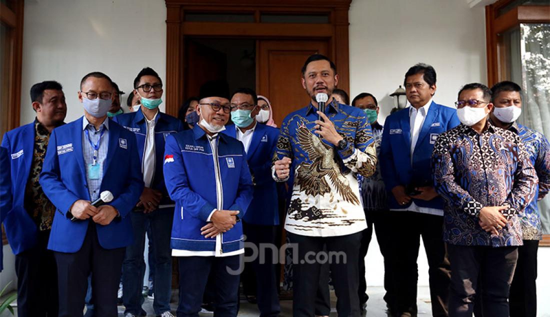 Ketum PAN Zulkifli Hasan bersama Ketum Partai Demokrat Agus Harimurti Yudhoyono memberikan keterangan pers usai melakukan pertemuan di kantor DPP PAN, Jakarta, Rabu (29/7). Pertemuan tersebut membahas sejumlah isu nasional termasuk pembahasan rencana koalisi pada Pilkada 2020. Foto: Ricardo - JPNN.com