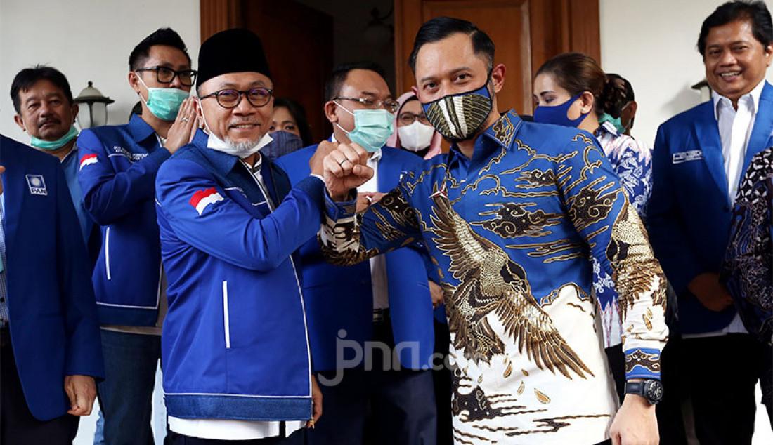 Ketum PAN Zulkifli Hasan bersama Ketum Partai Demokrat Agus Harimurti Yudhoyono melakukan salam corona usai memberikan keterangan pers di kantor DPP PAN, Jakarta, Rabu (29/7). Pertemuan tersebut membahas sejumlah isu nasional termasuk pembahasan rencana koalisi pada Pilkada 2020. Foto: Ricardo - JPNN.com