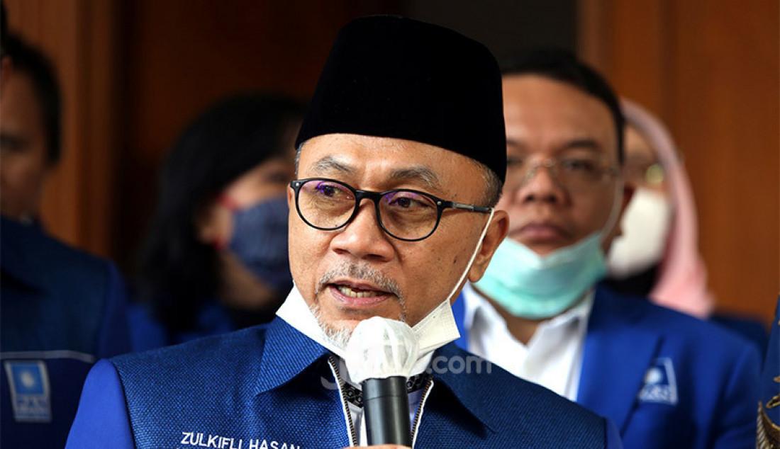 Ketum PAN Zulkifli Hasan memberikan keterangan pers usai melakukan pertemuan dengan Ketum Partai Demokrat Agus Harimurti Yudhoyono di kantor DPP PAN, Jakarta, Rabu (29/7). Pertemuan tersebut membahas sejumlah isu nasional termasuk pembahasan rencana koalisi pada Pilkada 2020. Foto: Ricardo - JPNN.com