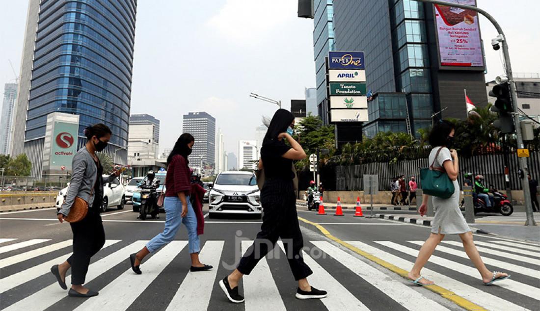 Sejumlah pegawai perkantoran di Jalan Sudirman, Jakarta, Rabu (29/7). Penularan Covid-19 makin meluas dan klaster baru terus bermunculan sejak meningkatnya aktivitas warga khususnya perkantoran menjadi sumber kluster baru terbesar selain permukiman dan pasar. Foto: Ricardo - JPNN.com