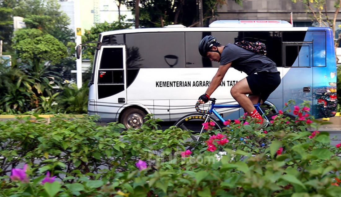 Warga bersepeda di Jalan Sudirman, Jakarta, Rabu (29/7). Pemprov DKI Jakarta memperpanjang jalur sepeda hingga Jalan Medan Merdeka Barat yang sebelumnya hanya Jalan Sudirman-Thamrin. Foto: Ricardo - JPNN.com