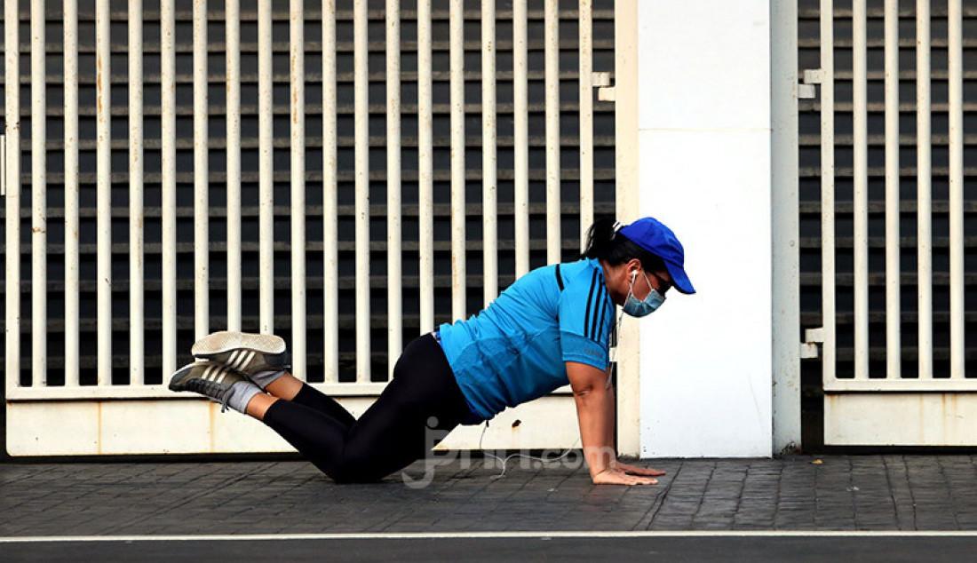 Warga saat berolahraga di Kompleks SUGBK, Jakarta, Rabu (29/7). Olahraga menjadi salah satu aktivitas yang dapat mengusir rasa jenuh, kebosanan, menjaga penuaan sel pada tubuh dan peningkatan imun pada masa pandemi. Foto: Ricardo - JPNN.com