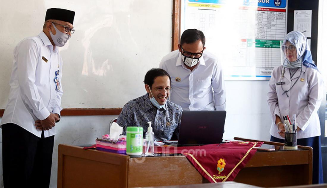 Mendikbud Nadiem Makarim didampingi Wali Kota Bogor Bima Arya saat mengunjungi SDN Polisi 1Bogor, Jawa Barat, Kamis (30/7). Nadiem ingin melihat kesiapan sekolah dalam melakukan pembelajaran jarak jauh (PJJ) di masa new normal. Foto: Ricardo - JPNN.com