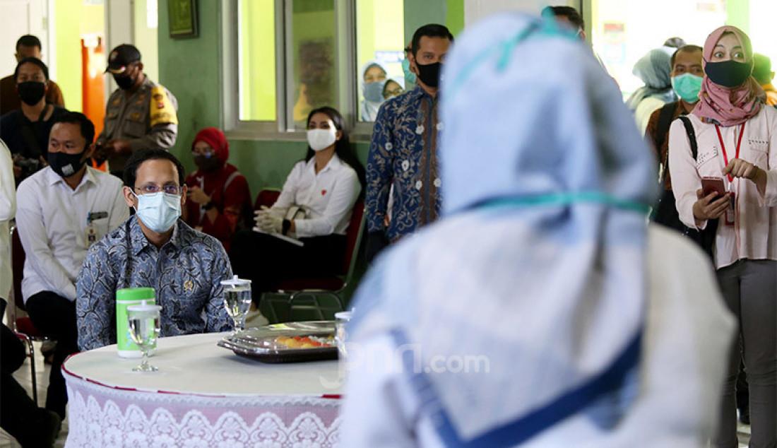 Mendikbud Nadiem Makarim mendengarkan penjelasan dari perwakilan pihak SDN Polisi 1Bogor, Jawa Barat, Kamis (30/7). Nadiem ingin melihat kesiapan sekolah dalam melakukan pembelajaran jarak jauh (PJJ) di masa new normal. Foto: Ricardo - JPNN.com