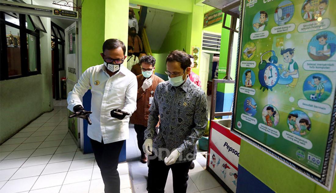Mendikbud Nadiem Makarim didampingi Wali Kota Bogor Bima Arya melihat lingkungan SDN Polisi 1Bogor, Jawa Barat, Kamis (30/7). Nadiem ingin melihat kesiapan sekolah dalam melakukan pembelajaran jarak jauh (PJJ) di masa new normal. Foto: Ricardo - JPNN.com