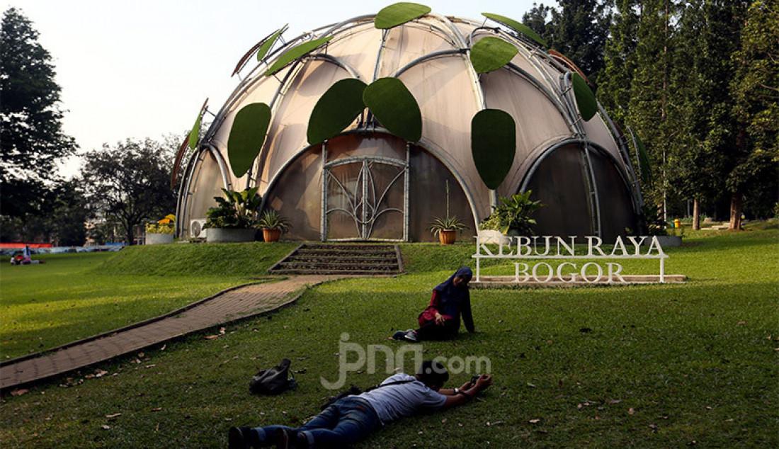 Pengunjung saat berwisata ke Kebun Raya Bogor, Jawa Barat, Sabtu (1/8). Mereka memanfaatkan libur Hari Raya Idul Adha 1441 H untuk berekreasi dan melepas penat ditengah pandemi COVID-19. Foto: Ricardo - JPNN.com