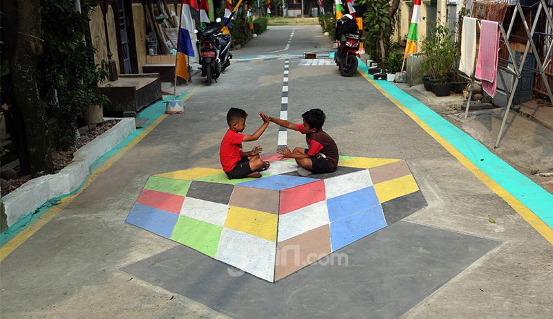 "Sejumlah anak bermain diantara lukisan tiga dimensi yang dibuat oleh warga RT.03/RW.19 Perumahan Bojong Depok Baru 1, Bojonggede, Bogor, Jawa Barat, Senin (3/8). Dalam rangka menyambut HUT Kemerdekaan RI ke-75 warga Guyub Rukun berbenah memperindah lingkungan dengan kreasi melukis jalan tiga dimensi (3D) untuk ""Lingkungan Indah Berwarna Menuju Indonesia Maju"". Foto: Ricardo - JPNN.com"