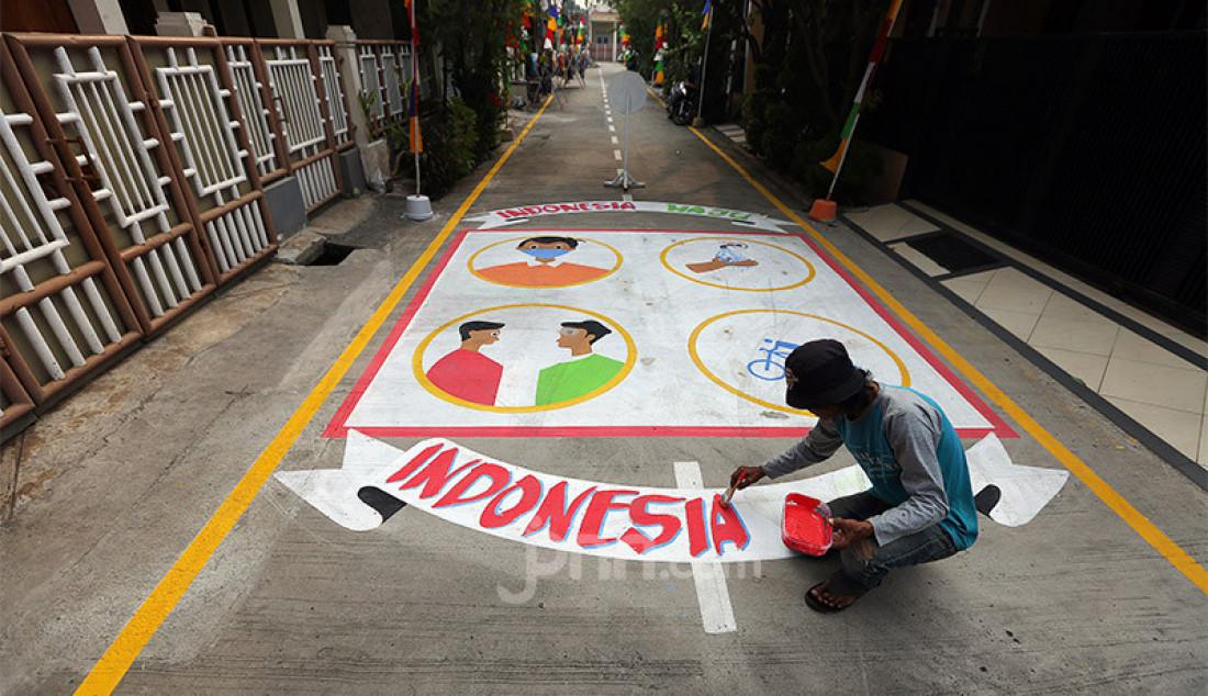 """Warga saat membuat lukisan tiga dimensi di jalan Perumahan Bojong Depok Baru 1 RT.03/RW.19, Bojonggede, Bogor, Jawa Barat, Senin (3/8). Dalam rangka menyambut HUT Kemerdekaan RI ke-75 warga Guyub Rukun berbenah memperindah lingkungan dengan kreasi melukis jalan tiga dimensi (3D) untuk """"Lingkungan Indah Berwarna Menuju Indonesia Maju"""". Foto: Ricardo - JPNN.com"""