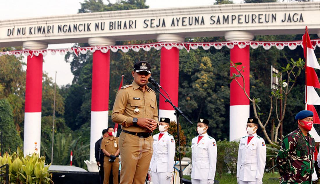 Wali kota Bogor Bima Arya memimpin upacara penaikan bendera merah putih pada launching Festival Merah Putih di Tugu Kujang, Bogor, Senin (3/8). Festival ini dalam rangka menyambut HUT ke-75 Kemerdekaan RI. Foto: Ricardo - JPNN.com