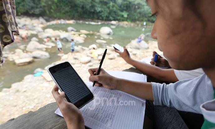 Anak-anak Nikmati Belajar Daring Dari Pinggiran Sungai