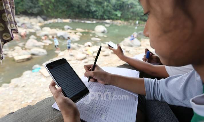 Anak-anak Nikmati Belajar Daring Dari Pinggiran Sungai - JPNN.com