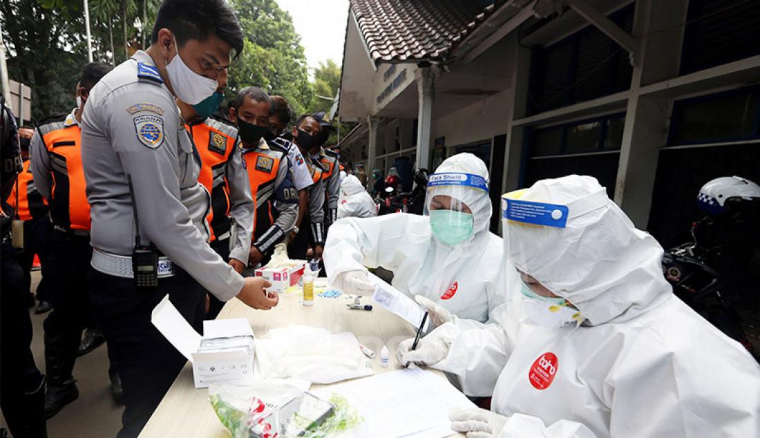 Anggota Dinas Perhubungan Kota Bogor menjalani rapid test Covid 19 di GOR Pajajaran, Tanah Sareal, Kota Bogor, Selasa (4/8). Rapid test ini digelar karena adanya personel yang kedapatan reaktif saat mengikuti tes beberapa waktu lalu. Foto: Ricardo - JPNN.com