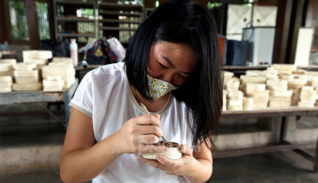 Pengunjung saat belajar membuat keramik dari tanah liat di workshop Rumah Keramik F. Widayanto Beji, Depok, Kamis (6/8). Selain belajar, pengunjung juga dapat melihat hasil karya seni keramik seperti mozaik, patung, lukisan, vas dan hasil buatan para pengunjung lain. Foto: Ricardo - JPNN.com