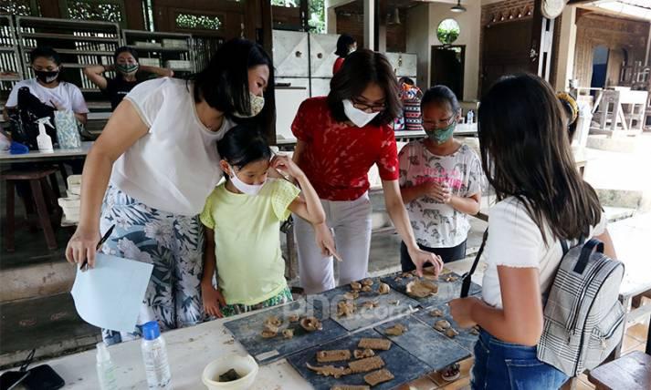 Manfaatkan Waktu Luang, Warga Belajar Membuat Keramik - JPNN.com